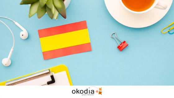bandera española en una mesa